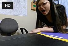 Ázijská sekretárka si natočí jebačku so šéfom – skrytá kamera