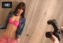 Krásna modelka Carol Vega vytrtkaná v štúdiu fotografom