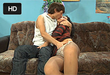 Mladík na návšteve vytrtká nadržanú svokru (HD porno)