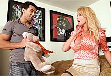 Rozvádzajúca sa Taylor Wane Sexuálne rozptýlenie so synovým kamošom!