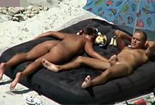 Sex na verejnosti, alebo dovolenkujúci párik si vrzne na pláži