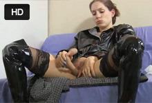 Americká internetová pornohviezda Lelu Love sa robí dildom v latexovom kostýme