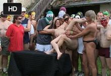 Odvážna milf Zuzana hromadne pretiahnutá na záhrade – české gang bang porno