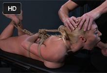 Zviazaná blondínka Victoria sa podriadi svojmu sexuálnemu pánovi – BDSM porno