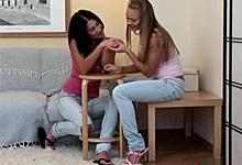 Ruské lolitky Clair Santos a Nestee Shy Lesbický análny sex s pripínacím penisom!