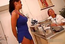 Úchylný gynekológ zasunie penis do roztiahnutej kundičky pacientky!