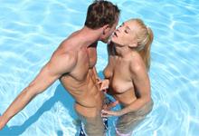 Addison Avery Horúca predohra v záhradnom bazéne a nespútaná súlož v spálni