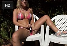 Britka Karlie Simone masturbuje na záhrade, alebo letný orgazmus v plavkách!