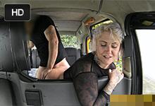 Prsnatá Britka sa nechá taxikárom vytrtkať do obidvoch dierok!