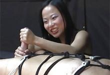 Ázijská domina Niya Yu poskytuje handjob zviazanému otrokovi!