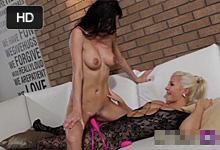 Lesbické milenky si užívajú vášnivý strapon sex s ružovým dildom!
