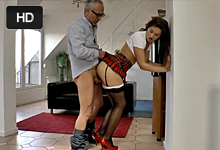 Nevyholená školáčka si zajebe so starším pánom