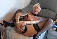 Potetovaná mature Gisele a jej extrémna masturbácia zadku obrovským róbertkom