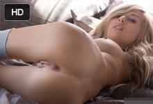 Sladká blondínka Emma Mae uspokojí svoju roztúženú kundičku v nežnej sólo jazde