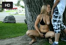 Blondína Mya Layne onanuje, fajčí a trtká vo verejnom parku!