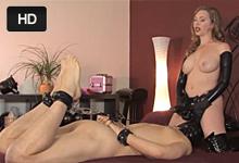 Dominantná manželka pretiahne anál svojho otroka veľký strapon dildom – BDSM porno