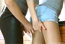 Lesbička v latexových legínach napadne priateľku v kuchyni s pripínacím penisom