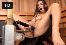 Masturbačný stroj a striekajúca brunetka Cassidy Klein – squirt porno
