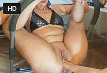 Staršia blondínka zažije extrémny squirt pri drsnom vaginálnom fistingu!