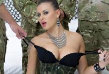 10 vojakov sa podelí o kundičku a análik nenásytnej českej štetky Billie Star
