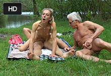 Exhibicionistický nemecký pár jebe pri rybníku vedľa masturbujúceho deda!