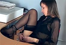 Kancelárska masturbácia mladej sekretárky v čiernych podväzkoch!