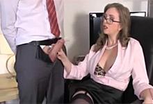 Kancelársky handjob, alebo kravaťák musí podržať péro dominantnej šéfke!
