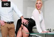 Kolega vyruší nadržanú sekretárku pri masturbácii v práci (Victoria Summers)