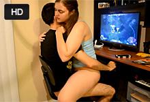 Mladá amatérka si zajazdí na pére priateľa hrajúceho počítačovú hru!