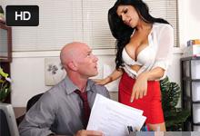 Rozhadzovačná manažérka jebe v kancelárii s naštvaným účtovníkom (Romi Rain a Johnny Sins)