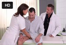 Ruská zdravotná sestrička Anna Polina v análnej trojke s doktorom a pacientom