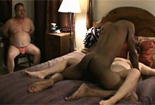 Zviazaný amatér sleduje interracial sex svojej necudnej manželky!