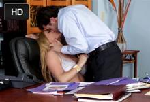 Riaditeľ James Deen náruživo trtká zrelú sekretárku vo svojej kancelárii