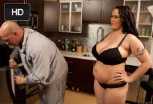 Ceckatá, baculatá gazdinka Carmella Bing šuká v kuchyni s plešatým švagrom!