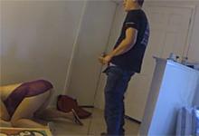 Poslíček s pizzou si zalaškuje s radodajnou paničkou pred skrytou kamerou