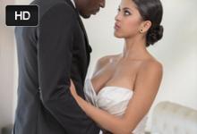 Fotenie svadobného katalógu pokračuje vášnivým sexom modelky s čiernym kolegom (Sophia Leone)
