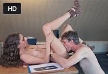 Sex v práci Starý ženáč Sam šuká s mladou kučeravou asistentkou!