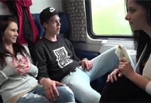 Čerstvý párik sa nechá uplatiť na sexuálnu štvorku vo vlaku – české porno