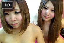 Dve ázijské amatérky si dráždia chlpaté pipinky pred webkou
