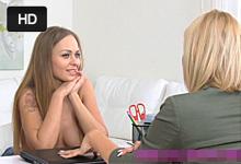 FemaleAgent Prsnatá ruská modelka Katarina zažije svoj prvý lesbický styk!