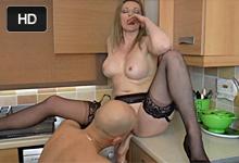 Opravár bojlera vytrtká v kuchyni nevernú britskú paničku!