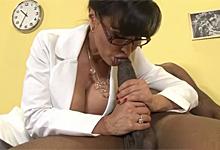 Prsnatá doktorka sa nechá v ordinácii vytrtkať čiernym pacientom (Lisa Ann a Flash Brown)