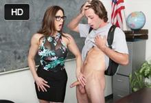 Staršia profesorka vyfajčí penis študenta v prázdnej triede! (Kendra Lust a Lucas Frost)