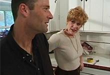 Vitálna babička zvedie dcérinho priateľa na kuchynský sex!