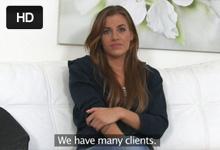 Krásna potetovaná brunetka Silvia si zaskáče na penise agenta – české porno