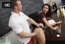 Učiteľ telesnej po vyučovaní osúloží radodajnú študentku! (Presley Dawson a TJ Cummings)