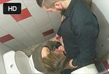 Voyeur natočí rozvášnenú dvojicu pri orálnych hrách na záchode v klube