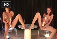 Češka Alexis Crystal a Talianka Sade Mare v masturbačnom závode!