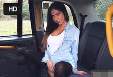 Ceckatá brueta Roxxy Lea si na odporúčanie kamarátky objedná FakeTaxi