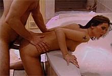Mladý pár sa oddáva vášnivej análnej trtkačke na vani - retro porno